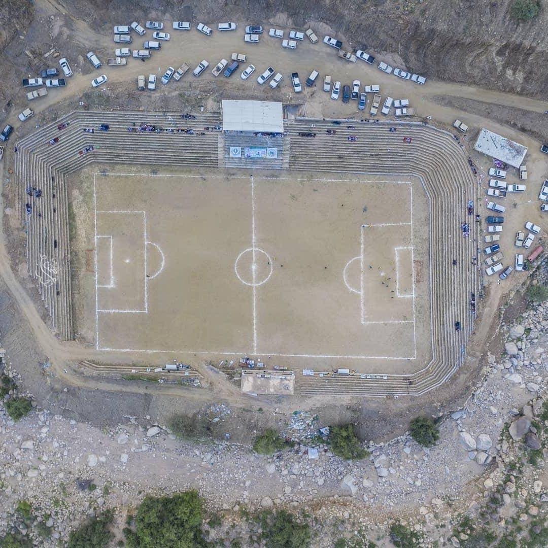 بالصور والفيديو : سعودي يبني ملعباً رياضياً بين صخور جبال الحشر