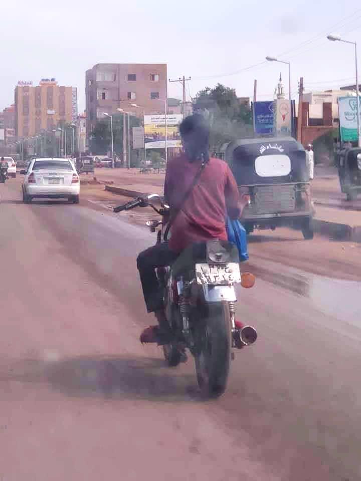 بالصورة : قيادة فتاة لدراجة بخارية في شوارع الخرطوم تثير جدلاً بمواقع التواصل