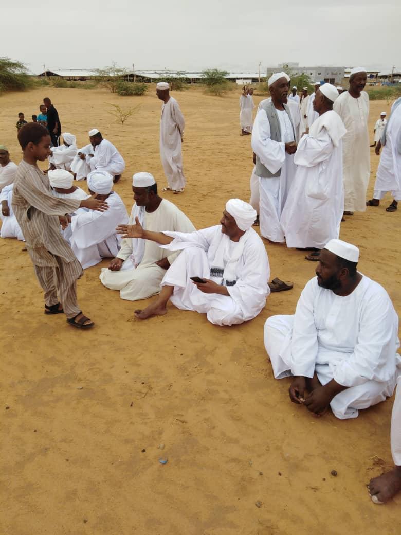 صورة لرئيس المجلس العسكري بقريته مفترشاً الرمل تثير التعليقات بمواقع التواصل