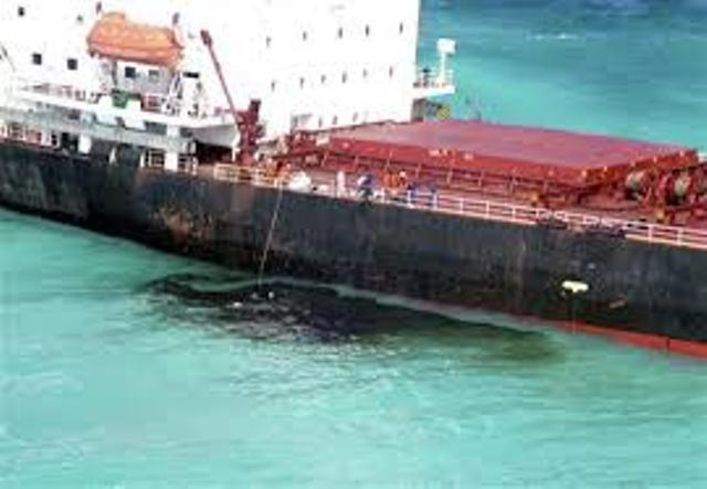 تسرب نفطي بمياه البحر الأحمر والسلطات تفتح تحقيقاً