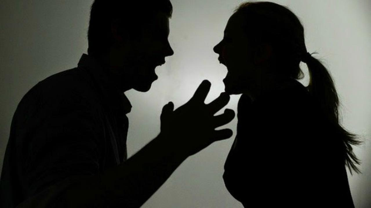 الشرطة تقدم سيدة للمحكمة بتهمة قتل زوجها بآلة حادة