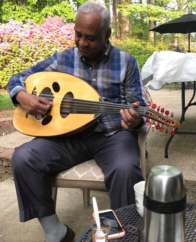 الوزير (فيصل محمد صالح)  يعزف العود ويغني للرجال العصافير