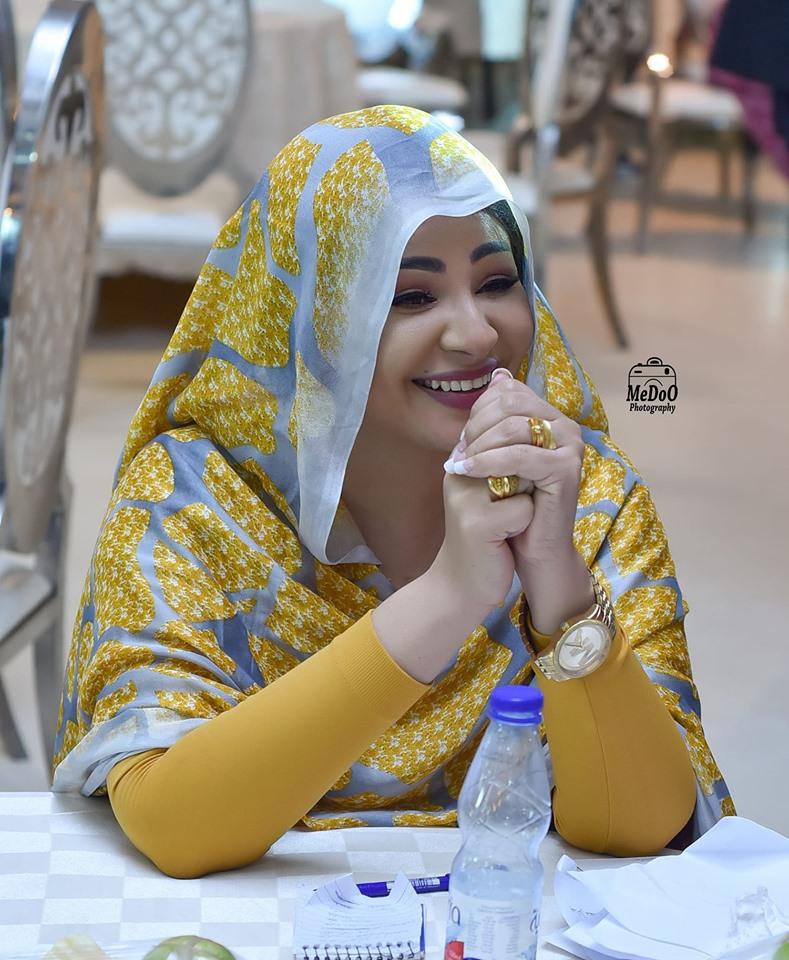 """شاهد بالصورة.. سيدة الشاشة السودانية تسحر رواد مواقع التواصل بابتسامتها """"الخلابة"""""""