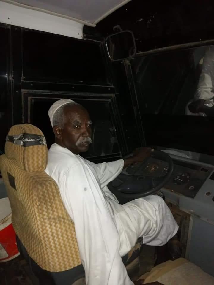 """بالصورة.. أزمة الترحال تكشف معدن الرجال.. سوداني يرحل أكثر من """"45"""" مواطناً بعربته إلى منازلهم """"مجاناً"""""""