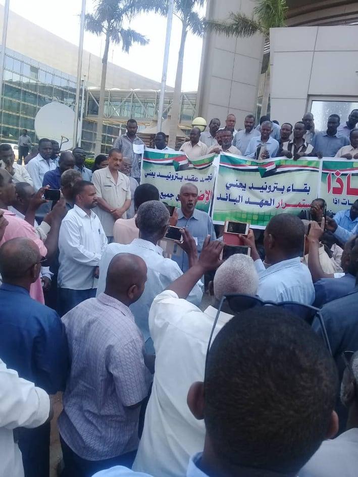 وقفة احتجاجية ثانية لعمال بترونيز صباح اليوم  والعمال يصعدون مطالبهم من أجل أخذ الحقوق كاملة