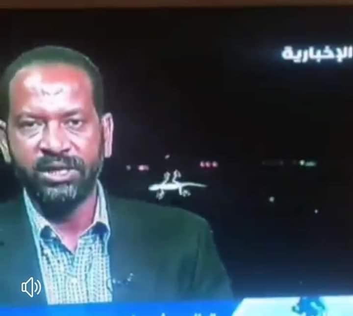 """بالصور : """"ضب"""" يدهش المشاهدين وهو يعبث خلف مراسل قناة ( الاخبارية السعودية) بالخرطوم"""