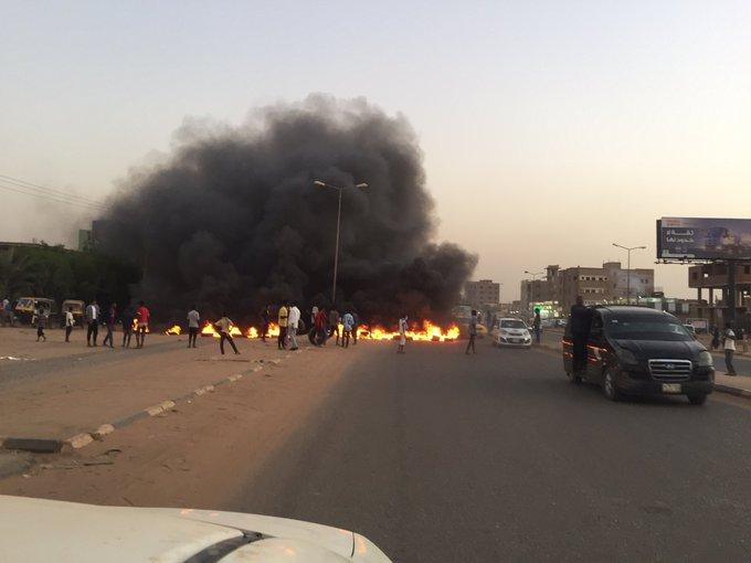 """بالفيديو : بعد وفاة الشرطي """"نزار"""" الذي يمتلك ادلة فض الاعتصام .. التظاهرات تجتاح شوارع الخرطوم"""