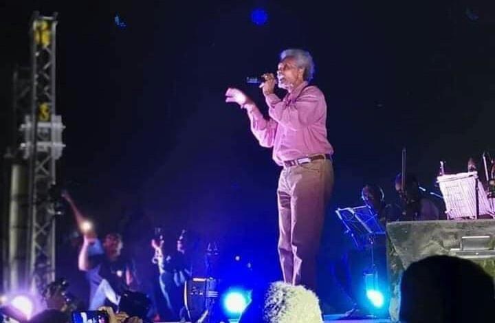 بالفيديو: أحد معجبي الفنان أبو عركي البخيت يفاجئه بخلع ملابسه أمام الجماهير وهو (يحكي عن حبيبته)