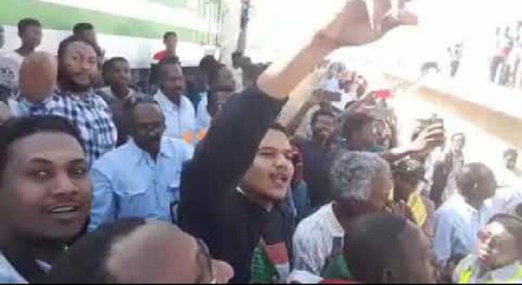 بالفيديو : الأصم يطل وسط الحشود بمصفاة الجيلي والمواطنون يوقفون قطار (رد الجميل) المتوج لعطبرة