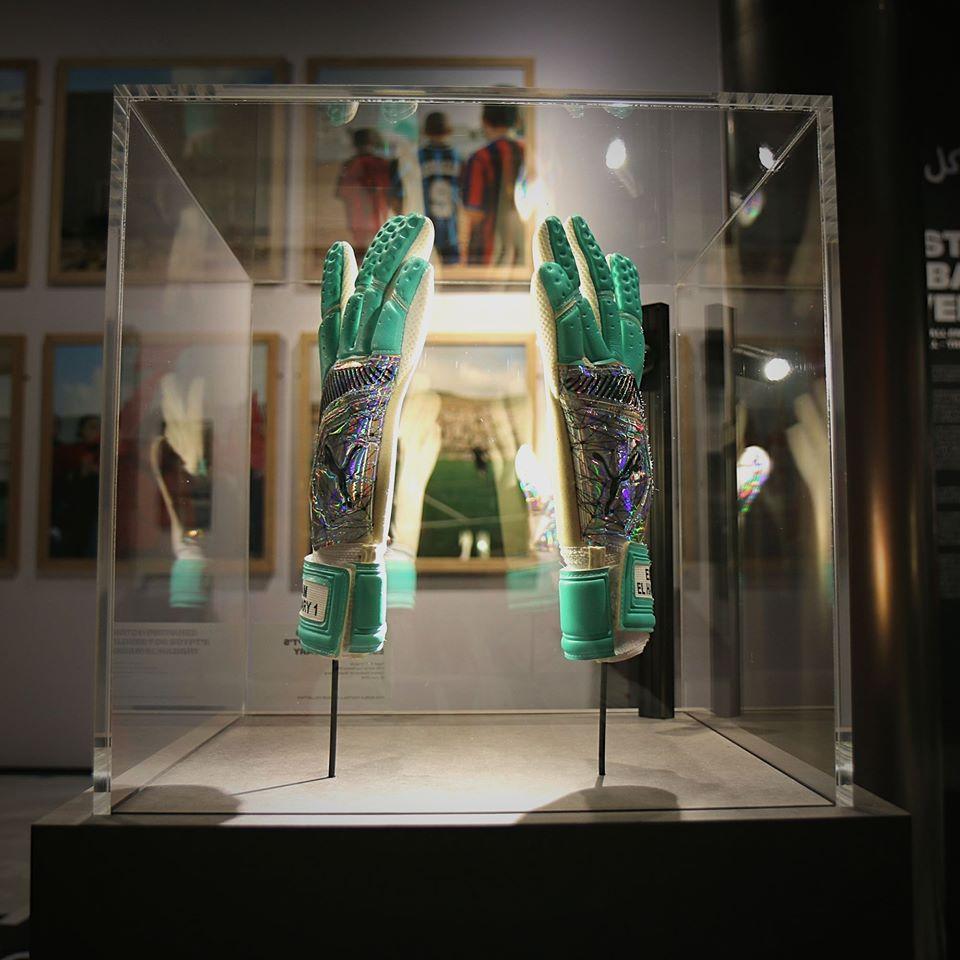 """شاهد بالصورة.. عرض """"قفاز"""" حارس المريخ السوداني بمتحف «فيفا».. والصقر يقول: أسطورة صنعت نفسها"""