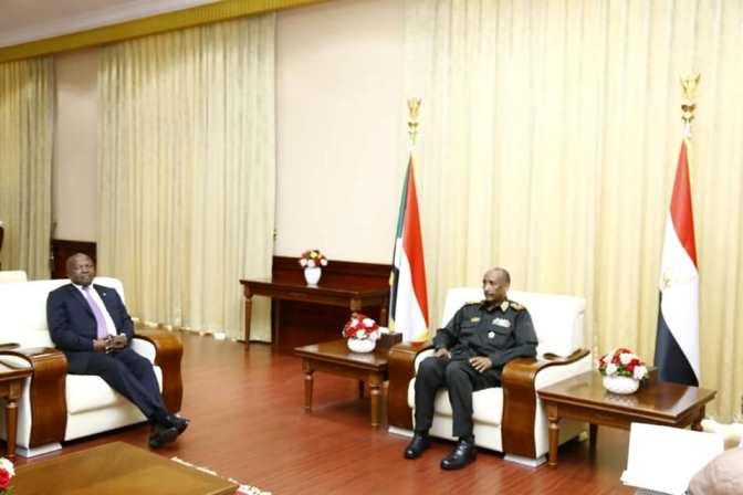البرهان يبحث مع نائب رئيس جنوب أفريقيا سير عملية السلام في جنوب السودان
