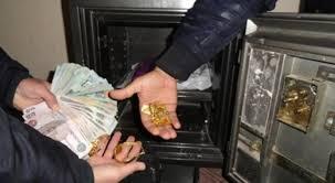 زوج يتهم زوجته بسرقة أموال من خزينة المنزل