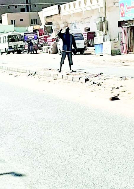 شاب من ذوي الاحتياجات الخاصة يدهش المارة في الشارع العام