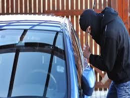 لص يسرق هواتف وأموال سائقي مركبات أثناء انتظارهم في صف وقود