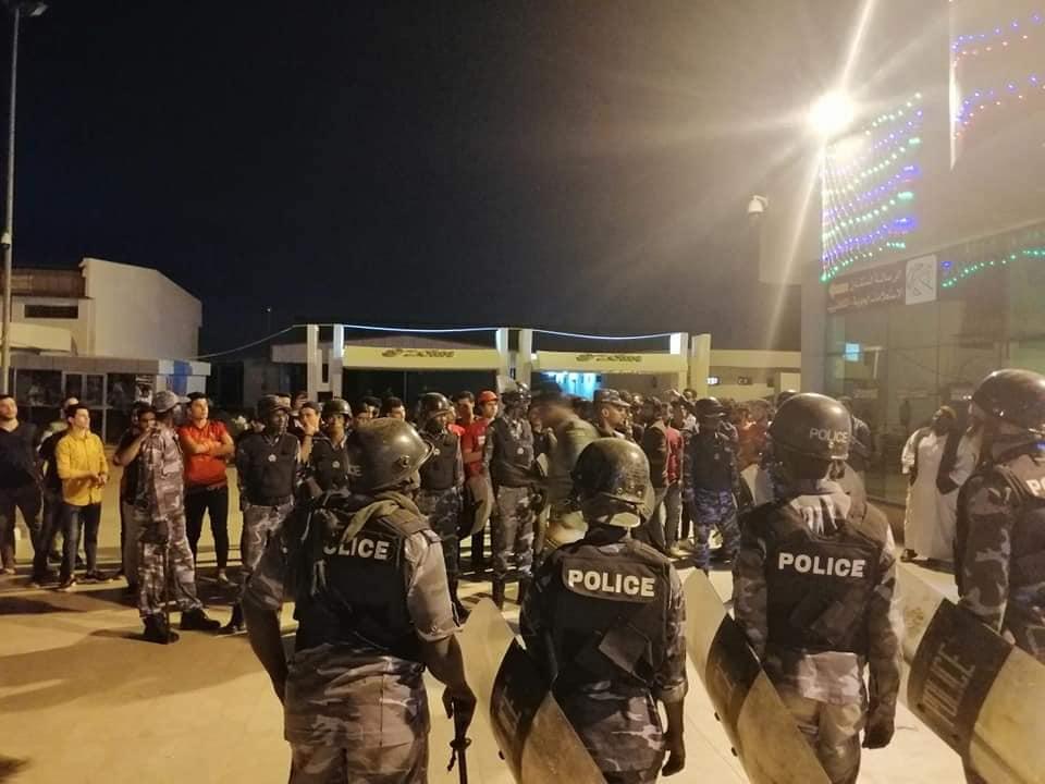 شاهد بالفيديو : السلطات تخرج الأهلي المصري بالبوابه الرئيسية للمطار إلى شارع القيادة تحت حماية الجيش السوداني!
