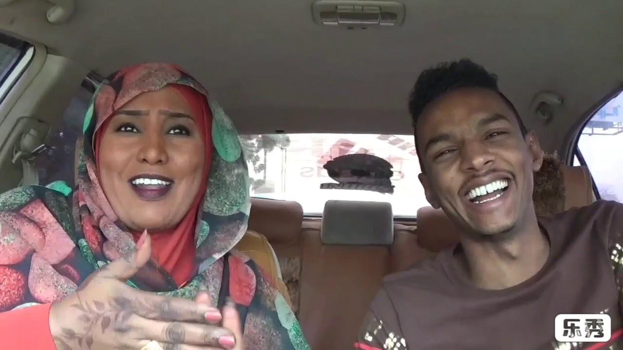 شاهد بالفيديو.. فتاة سودانية تُدخِل البرنس في فتيل: (أنت تعاني من نقص في الفحولة ولو كنت راجل لقمت بالرد على داليا الياس)