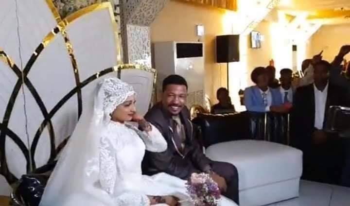 شاهد : صور زفاف الناشط السياسي (ذو النون) مع عروسته تجذب أنظار رواد مواقع التواصل
