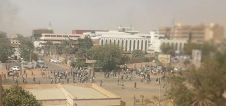 شاهد بالفيديو..  تواجد أمني كثيف لقمع المتظاهرين وإطلاق للغاز المسيل للدموع بالخرطوم