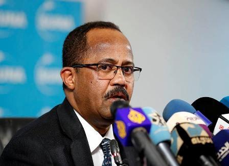 """شاهد """"تغير ملامح"""" وزير الصحة السوداني خلال مؤتمر صحفي يثير الاستغراب"""