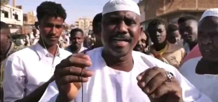 """بالفيديو.. مواطن سوداني يفجر مفاجأة كبرى من داخل السوق ويكتشف علاج سحري """"بسيط"""" يقضي على (كورونا) ومتابعون: الخوف من ارتفاع سعره"""