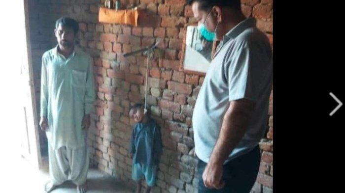 صورة طفل معلق بحبل جثة هامدة ووالده بجانبه.. تثير لغطاً