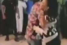 صورة شاهد بالصورة والفيديو.. يحدث في السودان.. فنان وفنانة يتبادلان الأحضان الدافئة أعلى المسرح وأمام أعين الجمهور والفنانة تزيد الوضع اشتعالاً برقصات مثيرة