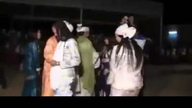 صورة شاهد بالفيديو : أجنبيات يقدمن فاصل من الرقص على أنغام أغنية (عيني النوبة) والجمهور يقدم لهن (النقطة) في محاولة لتقليد السودانيين